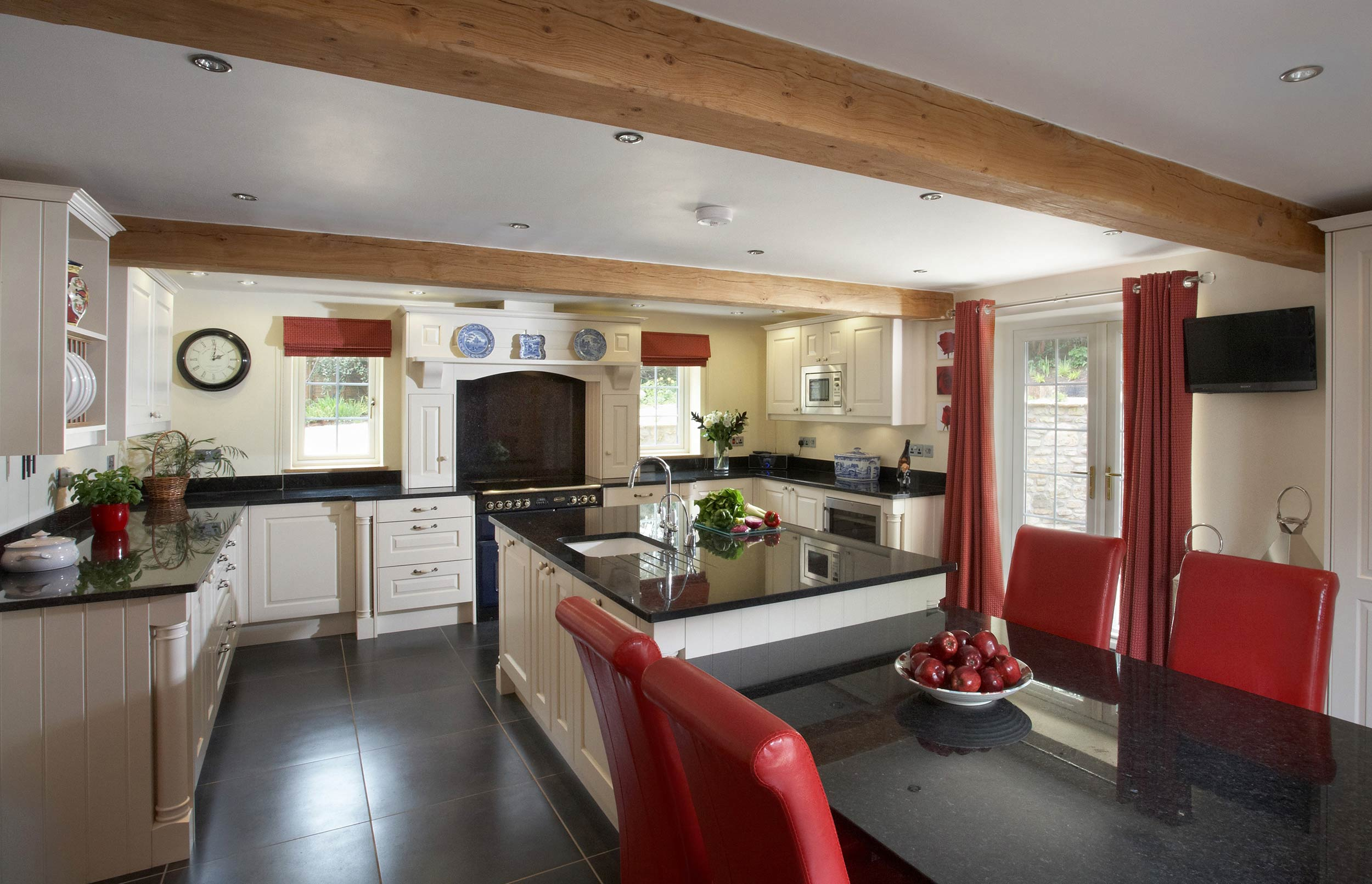 Stylish Bespoke Kitchen with Classic Finish